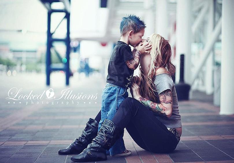 мама воспитывает сына сама