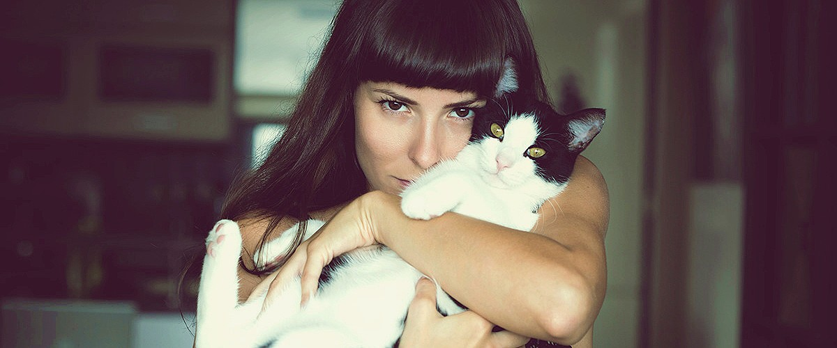 кошатница, девушка и кошка